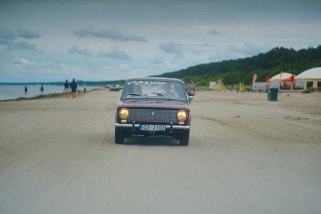 auto in de duinen